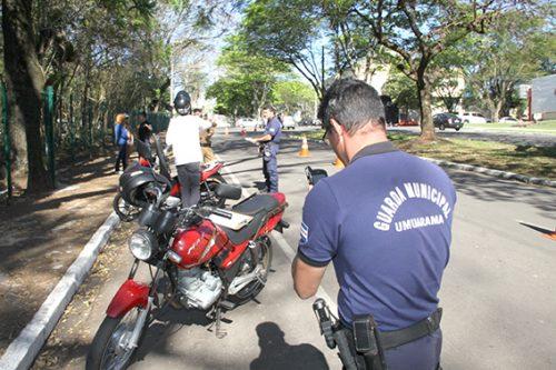 Blitz da PM e GM na avenida Apucarana, em Umuarama