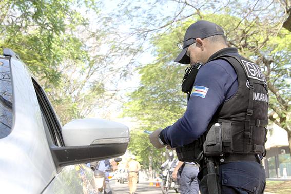 Blitz da PM e GM na avenida Apucarana em Umuarama
