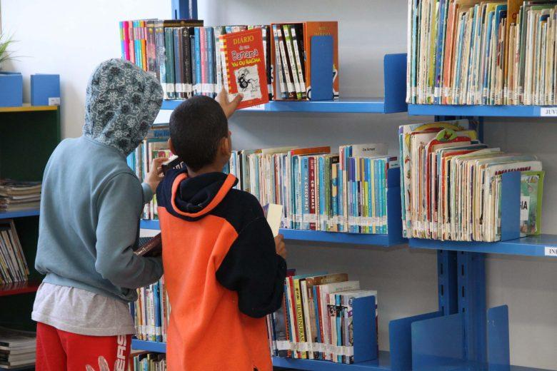 No mundo digital, bibliotecas ainda atraem as crianças e jovens