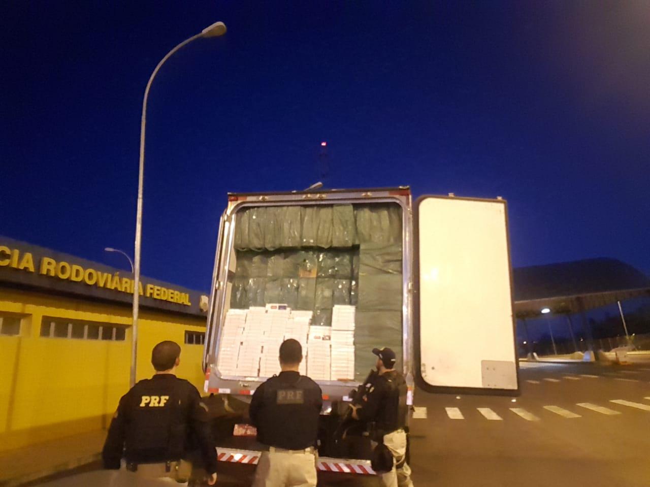 Apreensão de carga milionária de cigarro contrabandeado em Terra Roxa
