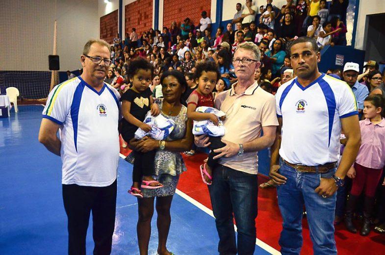 Prefeitura de Ivaté entrega mais de 800 uniformes para alunos da rede municipal