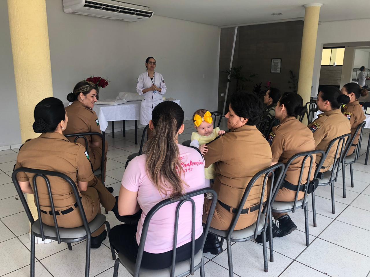 Policiais militares participam de  atividades para lembrar o Outubro Rosa