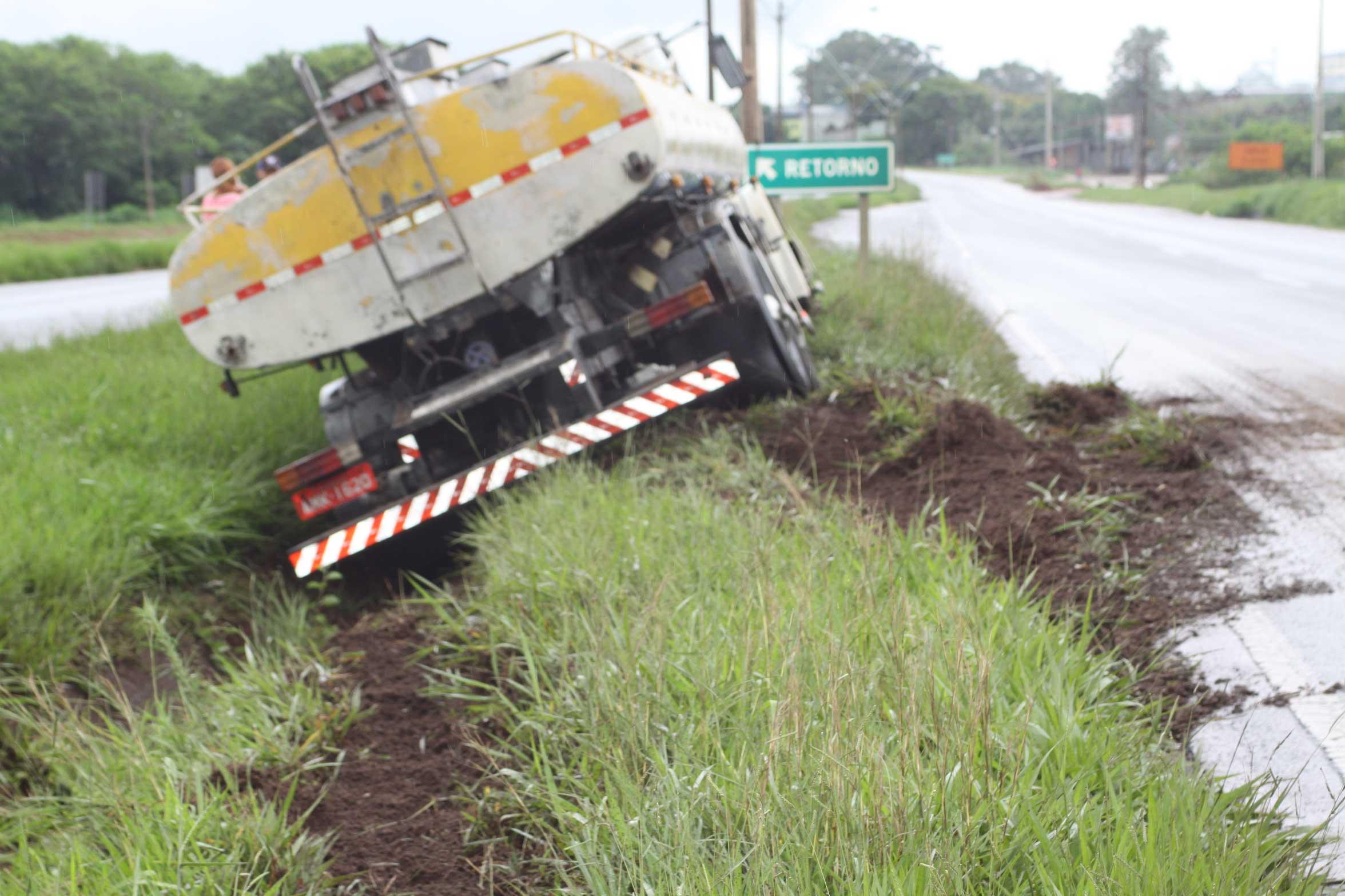 Caminhão-tanque é empurrado em canaleta na PR-323 em Umuarama