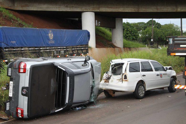 Carros engavetam no viaduto e deixa trânsito lento na PR-323