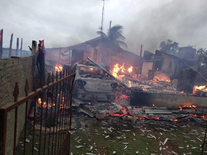 Criminosos queimam casas, carros e fazem disparos em Francisco Alves