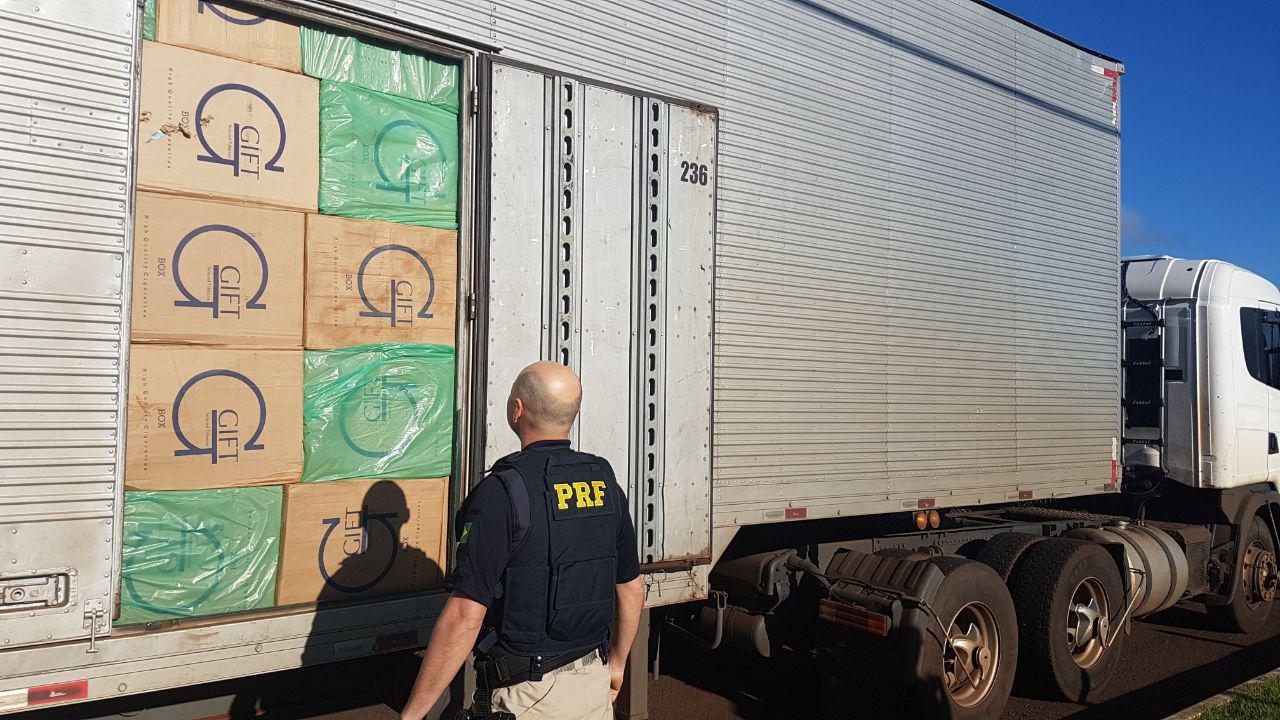 Carreta com R$ 4,1 milhões em contrabando provoca morte de motociclista