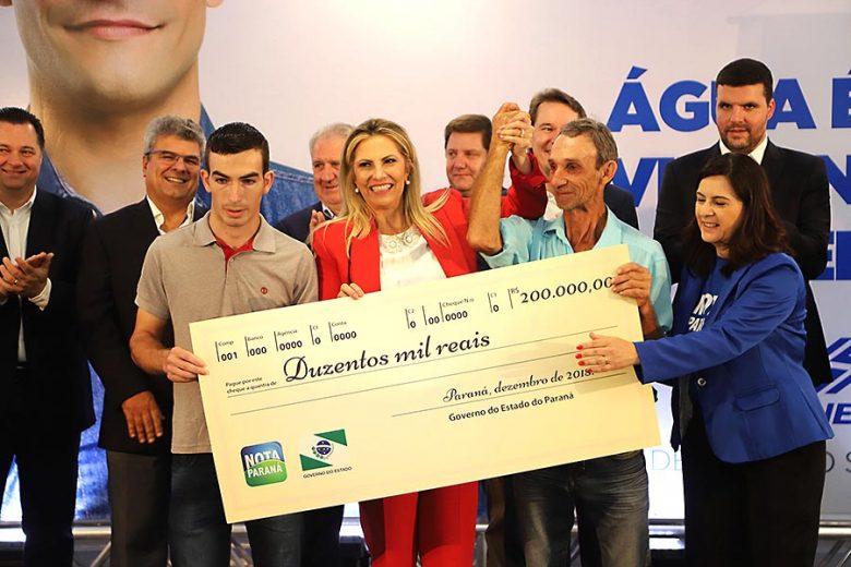 Novos ganhadores do Nota Paraná recebem prêmios