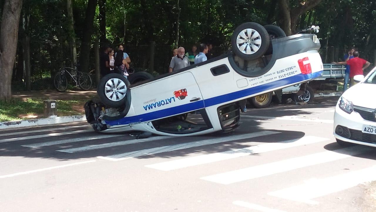 carro capota na avenida Parigot de Souza em Umuarama