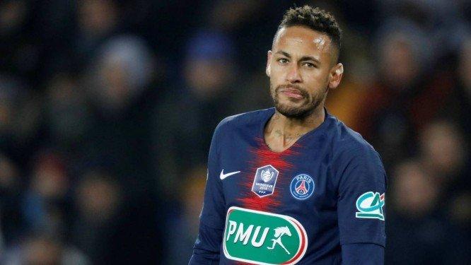 Neymar volta a Paris após exame no pé direito e criar polêmica