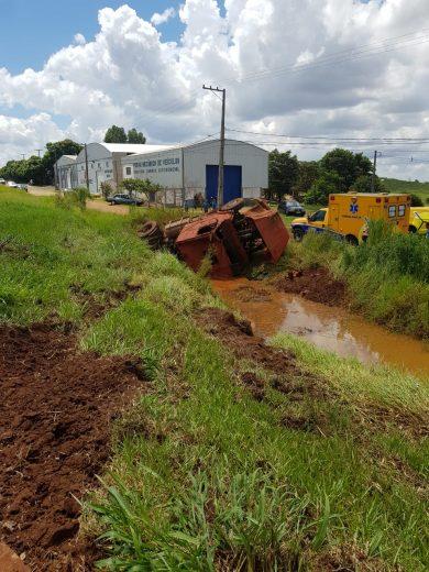 Caminhão com duas crianças cai em tanque de contenção
