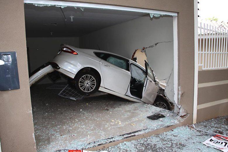 Susto na Avenida Parigot Souza, carro voa e acaba dentro de uma casa