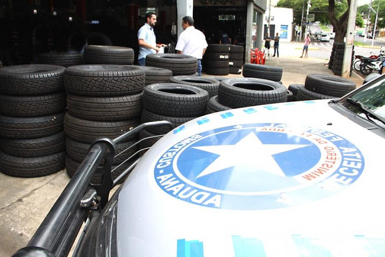 Receita Federal apreende 950 pneus contrabandeados em lojas de Umuarama