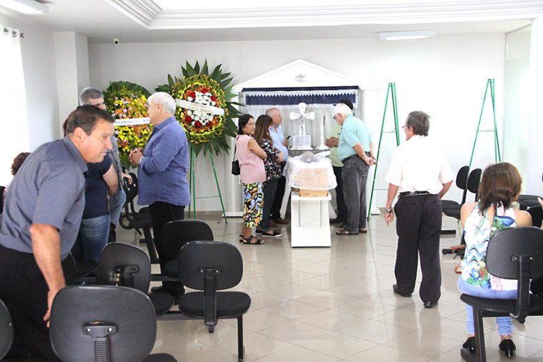 Pioneiros, amigos e familiares iniciam velório de João Cioni