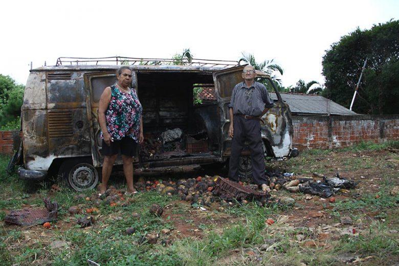 Feirante de 82 anos precisa recomeçar, após Kombi pegar fogo