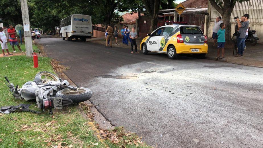 Moto bate em ônibus e pega fogo. Motociclista fica ferido