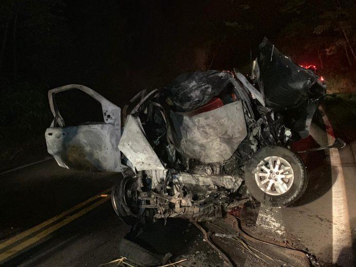 Após bater carro em árvore, três pessoas morrem carbonizadas
