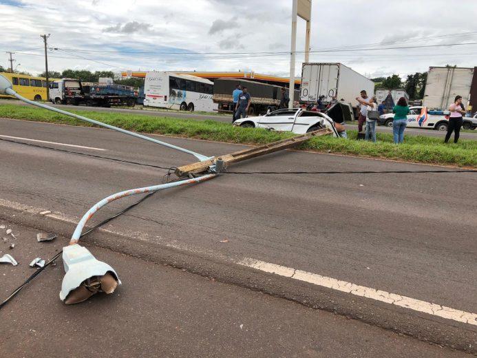 Mulher fica ferida após carro desviar de pedestre e rodar na PR-323
