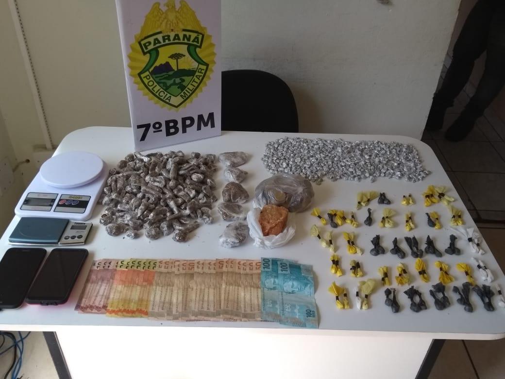 PM apreende drogas e dinheiro durante cumprimento de mandados em Tapejara