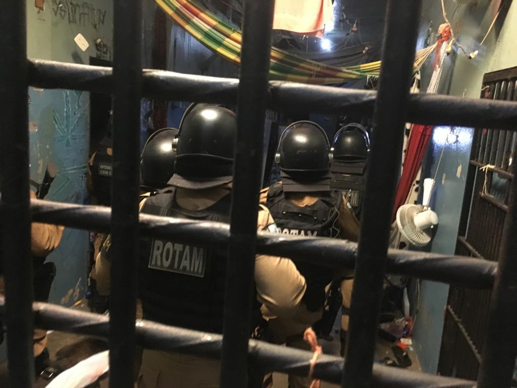 BATE GRADE EM UMUARAMA Presos ficam feridos ao agarrarem granada de efeito moral durante revista na cadeia