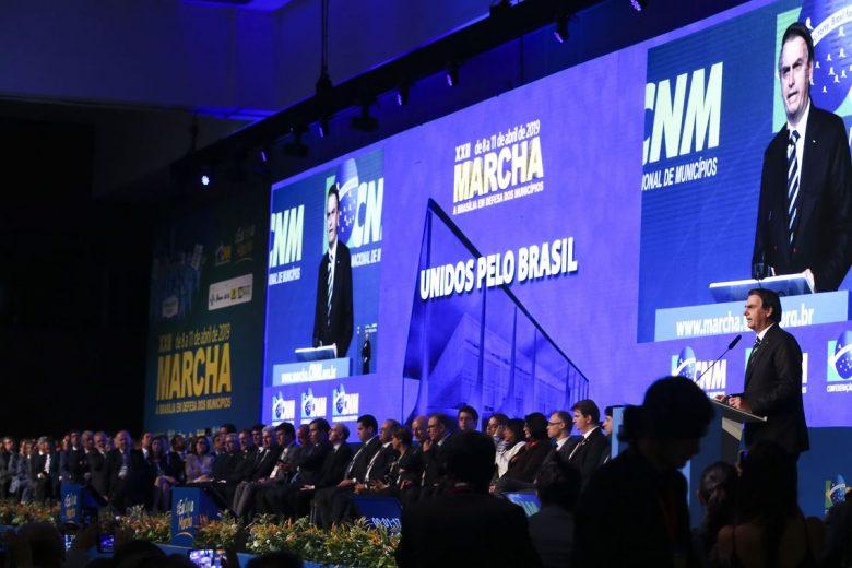 Em reunião com prefeitos, Bolsonaro anuncia apoio a aumento de 1% do FPM
