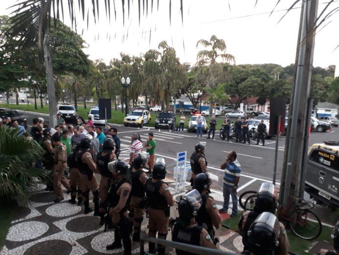 Polícia controla entrada na Câmara de Umuarama para evitar tumulto