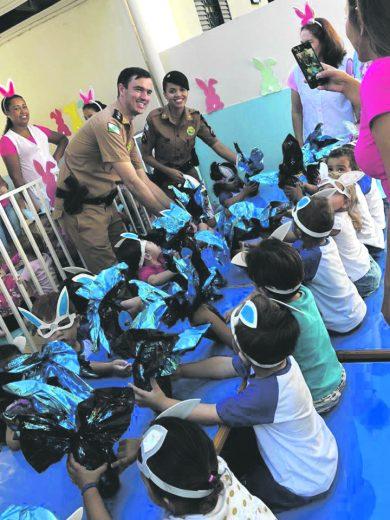 Polícia Militar distribui ovos de  páscoa para crianças em Iporã