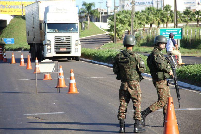 Exército monta bloqueios  em Umuarama e toda a região