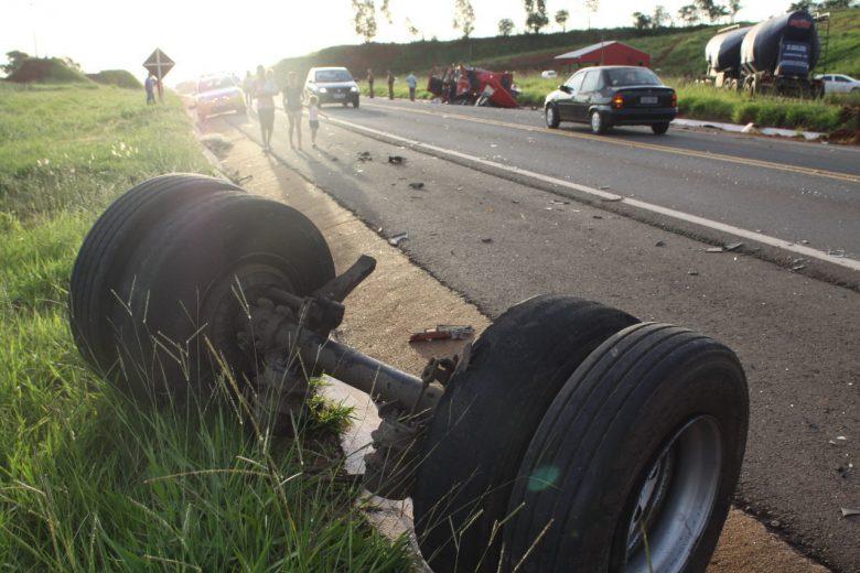 Animal na pista seria causa de grave colisão traseira entre carretas na Boiadeira