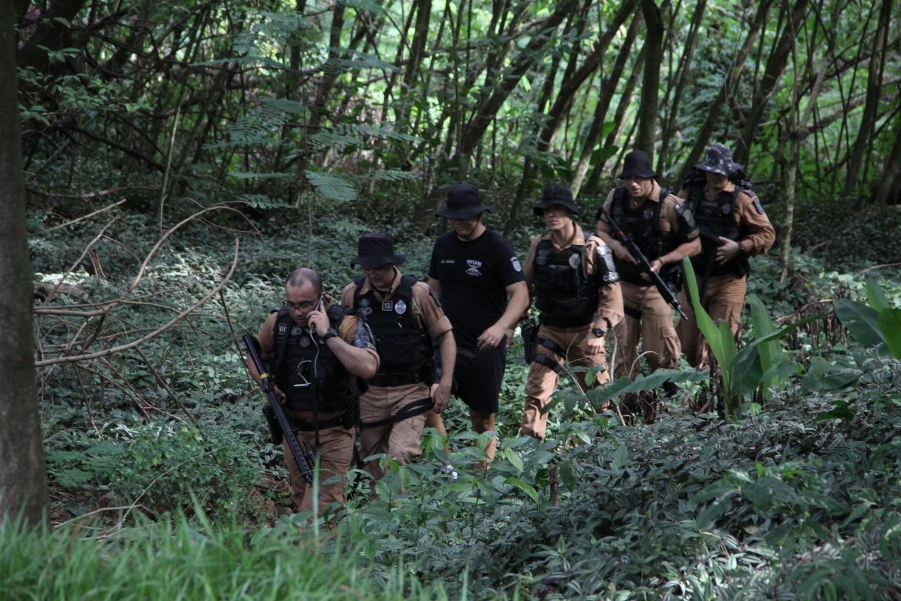 APERFEIÇOAMENTO Rotam e Canil realizam treinamento de busca e captura no bosque do Índio