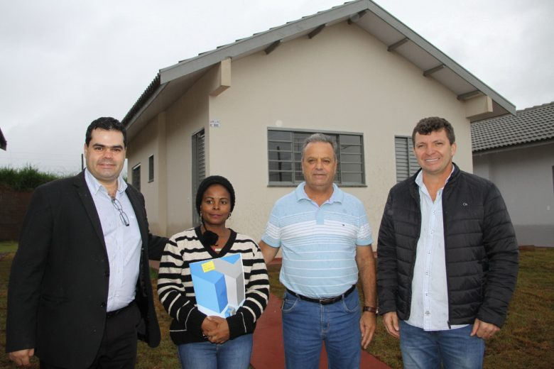 Prefeitura de Xambrê e Caixa entregam  73 casas do projeto Minha Casa Minha Vida