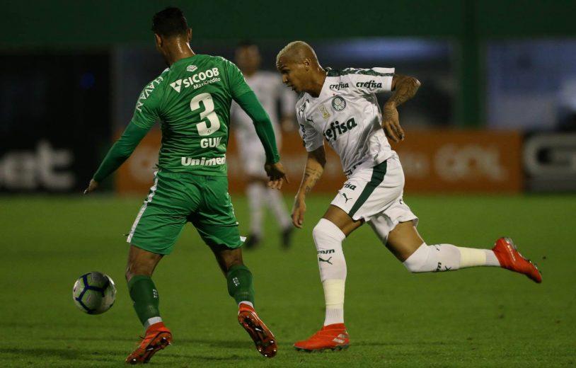Palmeiras derrota a Chapecoense fora e mantém liderança do Brasileirão
