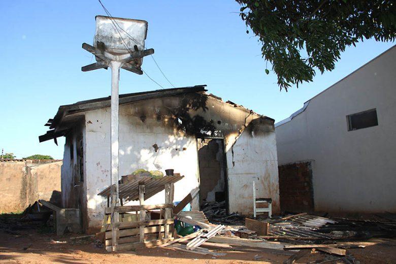 Família de ladrões rouba carro e tem casa queimada no Bonfim