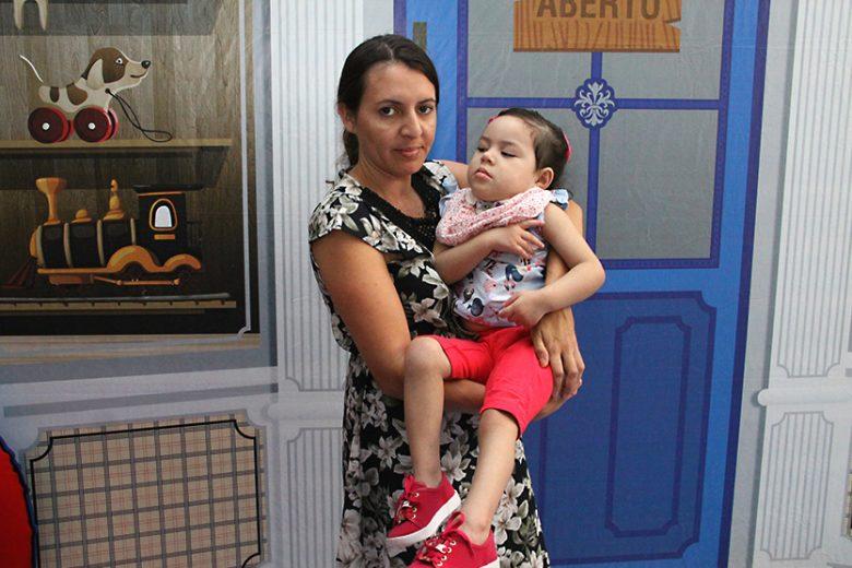 Menina de três anos precisa de cadeira especial, após sofrer paralisia cerebral