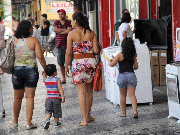 Impulsionado pelo comércio, país cria 70,8 mil empregos formais em outubro