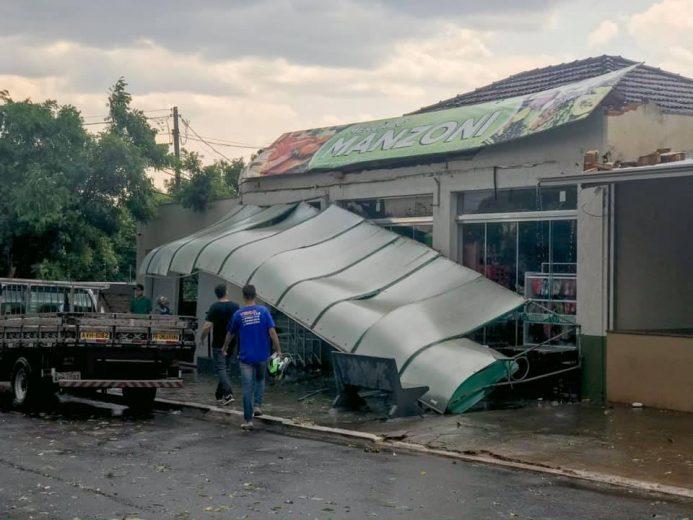 Ventos de 70 km/h deixam estragos em Icaraíma nesta tarde