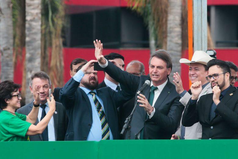 Partido criado para abrigar Bolsonaro defende Deus e armas