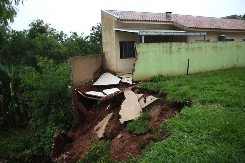 Chuvas intensas começam a gerar desmoronamentos e erosões em Umuarama