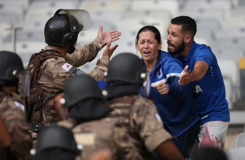 Confusão após queda do Cruzeiro tem 4 presos, 32 feridos e depredação