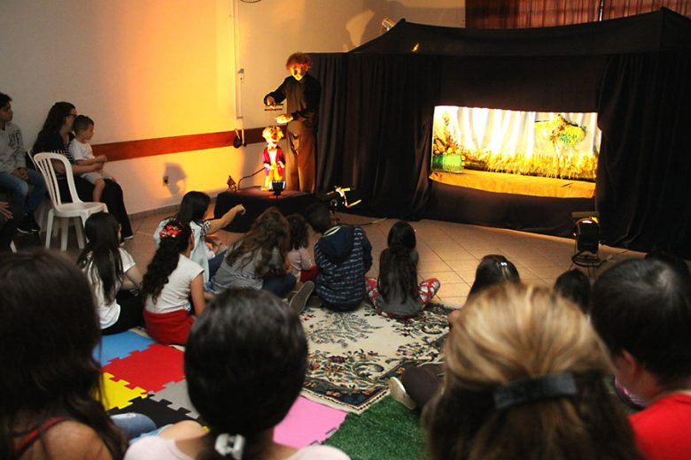 Teatro de bonecos encanta e promove  desenvolvimento para alunos da Apadevi