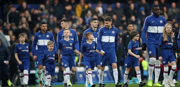 Sonho caro: clubes ingleses cobram até  700 libras para crianças entrarem em campo