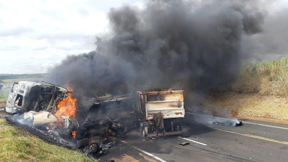 Bombeiros controlam incêndio de carretas e um dos motoristas é identificado na BR-376