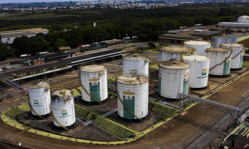 Preço da gasolina da Petrobras para distribuidoras sobe 12%