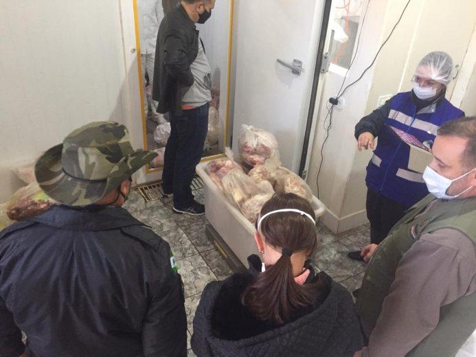 Açougue tem 5 mil quilos de carne vencida e guardada sem cuidados apreendida
