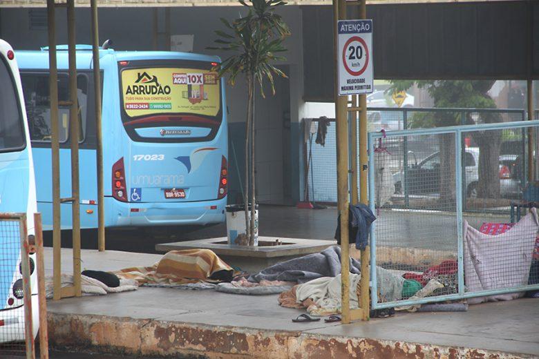 Pessoas em situação de rua buscam abrigo contra o frio intenso de Umuarama