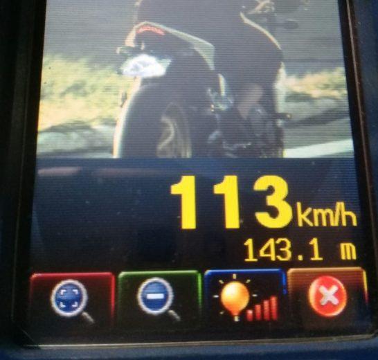 Moto de alta cilindrada é flagrada  a 113 km/h na avenida Ângelo Moreira