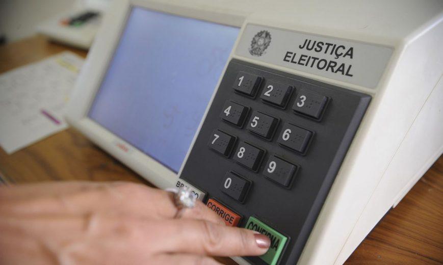 """Conheça a ordem de votação nas urnas e se é permitido levar """"colinha"""" na votação"""