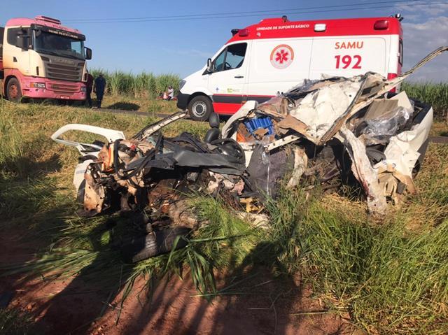 Grave colisão entre Saveiro e 2 caminhões deixa um morto e um ferido em Goioerê