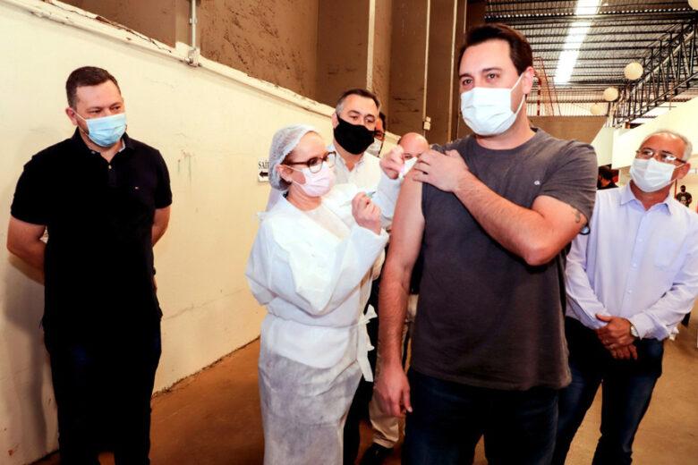 Governador é imunizado em Apucarana, onde a campanha de Domingo a Domingo foi lançada