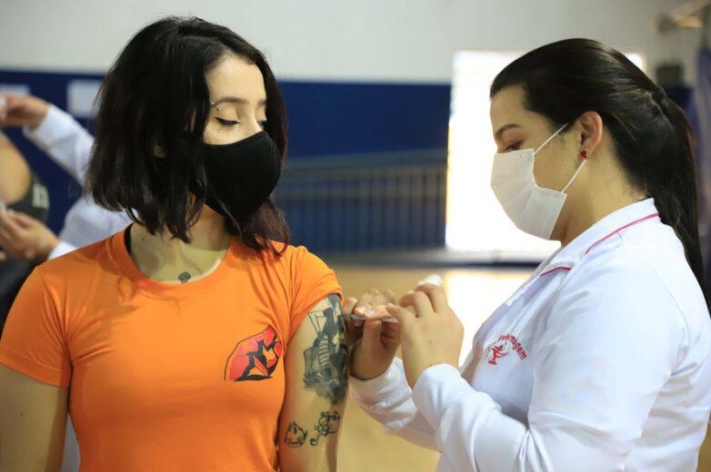 95% da população adulta já recebeu ao menos uma dose contra a Covid-19 no Paraná