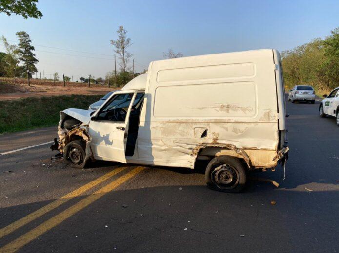 Motorista de Fiorino escapa ileso de grave acidente na PR-323 em Umuarama
